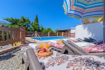 Bonita casa con vistas al pueblo, piscina y amplio jardín