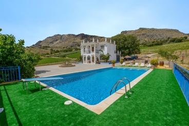 Vakantievilla met grote buitenruimte, omringd door olijfgaarden