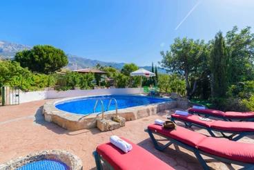 Casa rural con vistas a las montañas y pintoresca piscina privada