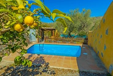 Casa rural con toques pintorescos y piscina vallada
