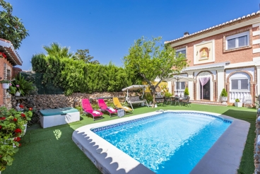 Cozy and colorful villa with private pool
