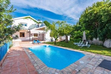 Coqueta casa de vacaciones con espacioso jardín y decoración rústica