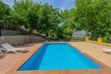 Elegante villa con piscina privada en un hermoso paisaje